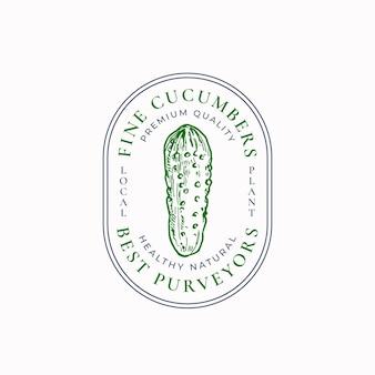 Insigne de cadre de ferme de concombres verts ou modèle de logo croquis de légumes dessinés à la main avec typographie rétro...
