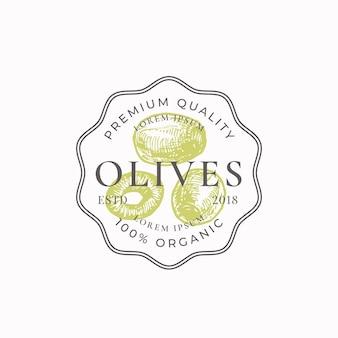 Insigne de cadre de ferme d'olives vertes ou modèle de logo croquis de légumes dessinés à la main avec typographie rétro et ...