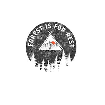 Insigne dessiné à la main avec paysage de montagne et lettrage inspirant