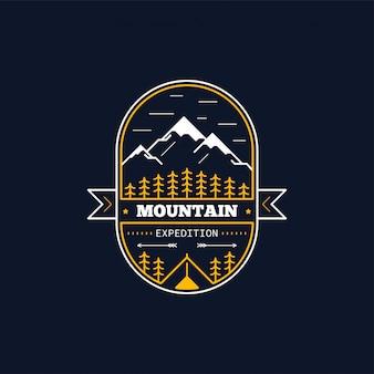 Insigne d'expédition en montagne. illustration de la ligne. escalade, trekking, emblème de randonnée