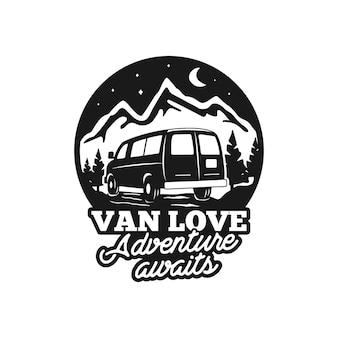 Insigne de logo camp dessiné main vintage isolé
