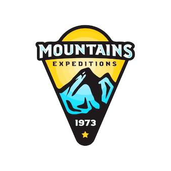 Insigne de logo d'expéditions de montagnes dans un style coloré moderne.