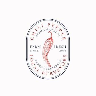 Insigne de piment piment ou modèle de logo croquis de légumes rouges dessinés à la main avec typographie rétro ...