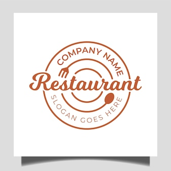 Insigne simple restaurant classique avec icône fourchette, cuillère et assiette pour le logo de la restauration d'entreprise