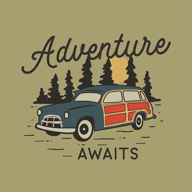 Insigne de voyage dessiné main vintage avec voiture de camp, forêt de pins.