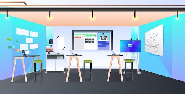 Intérieur de l'armoire moderne centre de coworking créatif aucun peuple espace ouvert bureau avec mobilier horizontal