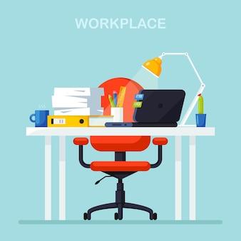 Intérieur de bureau avec bureau, chaise, ordinateur, ordinateur portable, documents, lampe de table. lieu de travail pour travailleur, employé