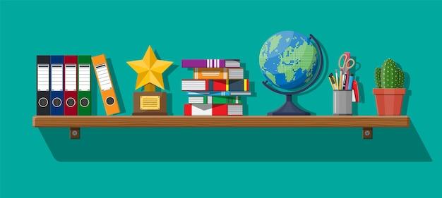 Intérieur de bureau avec étagères, classeurs à anneaux, pile de livres, crayons, stylo ciseaux, globe, cactus, dossiers, trophée de prix.