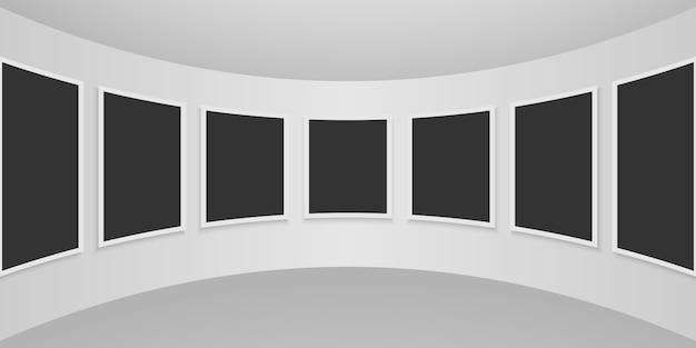 Intérieur de la galerie avec des cadres vides sur le mur