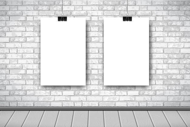 Intérieur plat avec deux affiches blanches vides sur mur de briques grises.