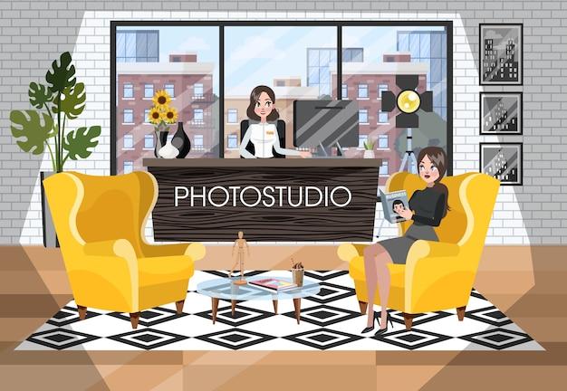 Intérieur de réception photostudio. femme en attente de photographe