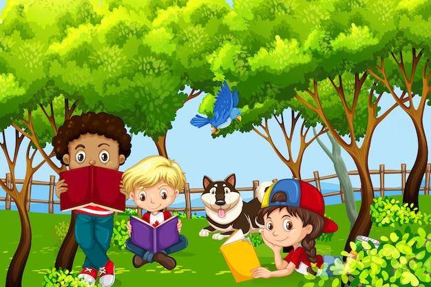 International enfants enfants lisant dans le parc