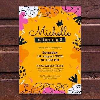 Invitation d'anniversaire de formes abstraites design plat dessinés à la main