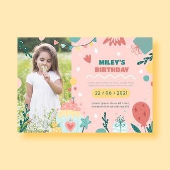 Invitation d'anniversaire mignonne avec des éléments dessinés