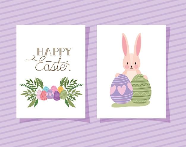 Invitation avec lettrage de joyeuses pâques et deux lapins roses avec des oeufs de pâques sur une conception d'illustration de fond violet