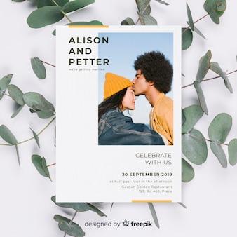 Invitation de mariage avec un couple s'embrassant