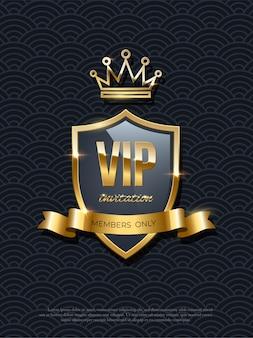 Invitation vip avec couronne dorée brillante brillante sur bouclier et ruban sur fond noir, prime de fête, affiche de conception matelassée exclusive, modèle royal de luxe.