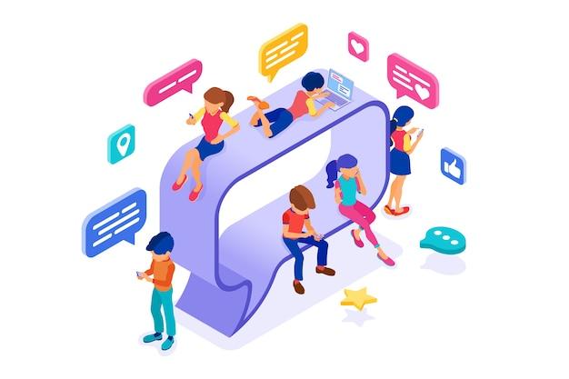 Isométrique gars et fille discutent dans les réseaux sociaux sur la bulle de dialogue envoyer des messages photo selfie appel à l'aide d'un ordinateur portable et d'un téléphone.