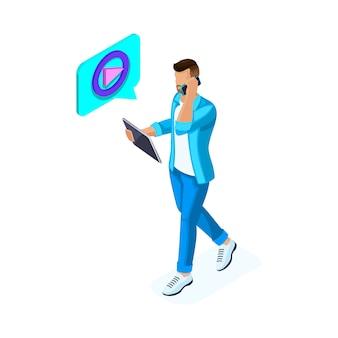 Isométrique jeune homme regarde des vidéos et communique dans les réseaux sociaux sur la tablette, maintient son blog. adolescents et gadgets