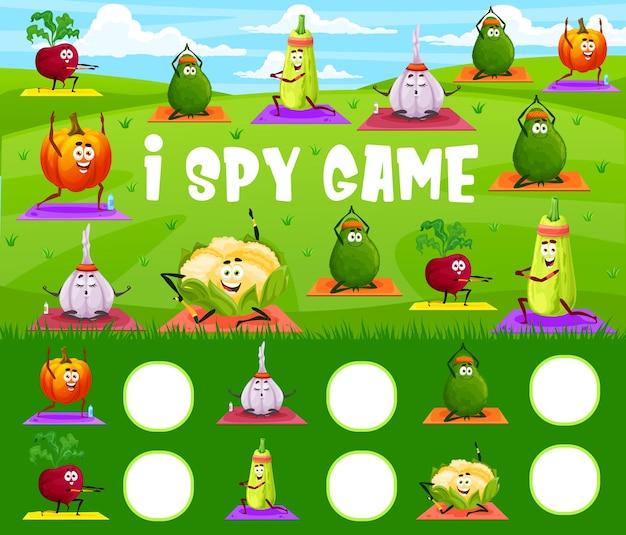 J'espionne le jeu, les légumes de dessin animé sur le yoga ou le fitness pilates, le puzzle de table pour enfants vectoriels. trouvez et associez la bonne carotte, la tomate et le poivron sur un tapis de yoga et de l'ail en méditation, une énigme de jeu de société