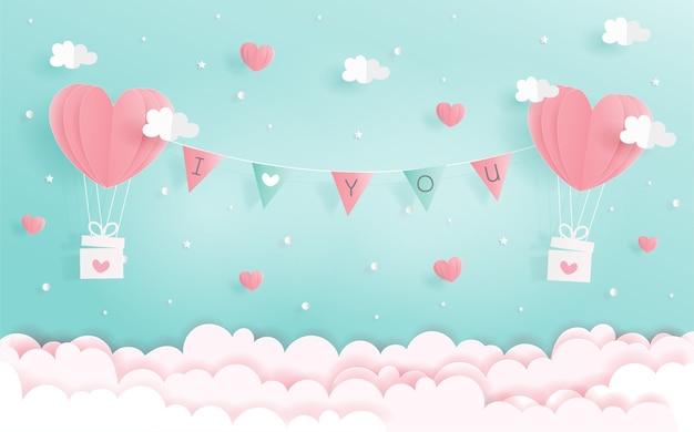 Je t'aime concept avec des ballons coeur et étiquette dans le ciel