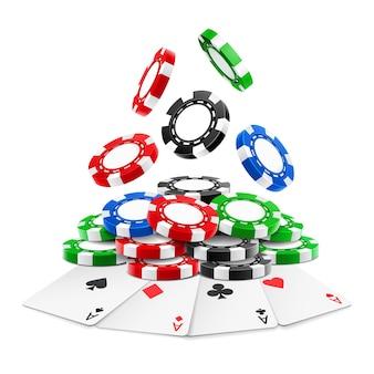 Jetons réalistes 3d tombant sur une pile ou un tas de jetons de jeu réalistes et de cartes à jouer