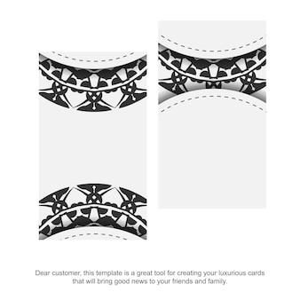 Un jeu de cartes de visite couleurs blanches avec un ornement de mandala noir. conception de carte de visite prête à imprimer avec un espace pour votre texte et vos motifs grecs.
