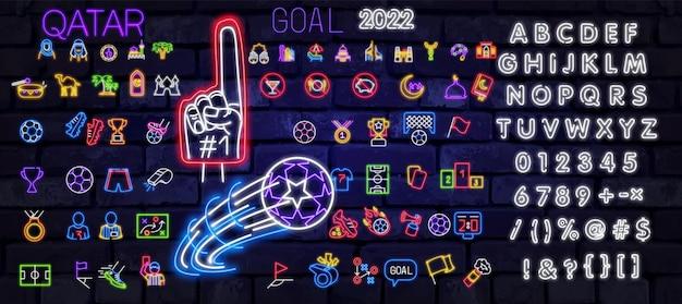 Jeu d'icônes de football isolé. enseigne au néon de football. uniforme, coupe, balle, sifflet, ballon de football, terrain de football, score, chaussures. icône de sport vecteur drôle. finale sportive ou match scolaire. pour ek, bannière wk 2022.