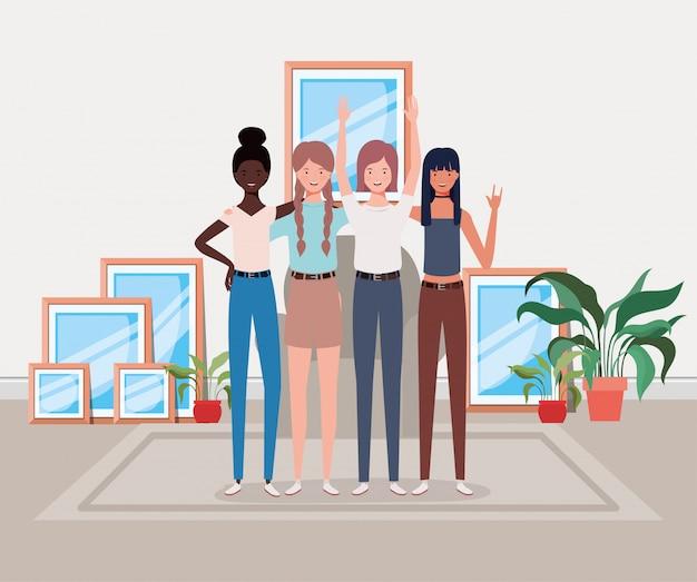 Jeune et beau groupe de filles interraciales à la maison