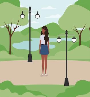 Jeune et belle fille afro dans le parc