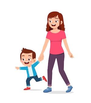 Jeune belle mère tenant la main et marcher avec enfant