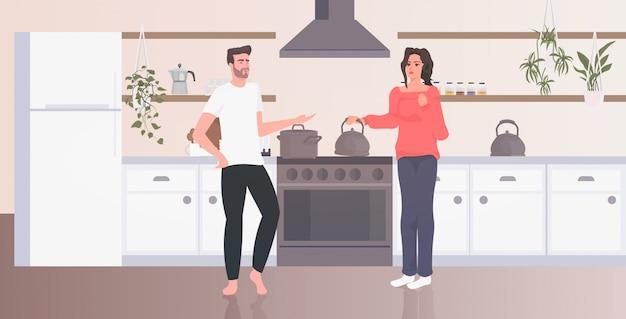 Jeune couple cuisine homme femme passer du temps ensemble rester à la maison coronavirus pandémie concept de quarantaine