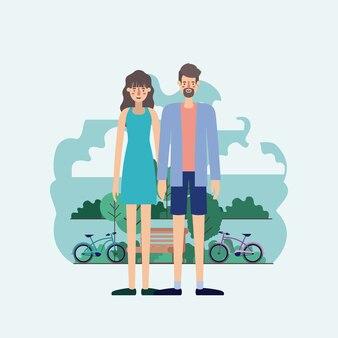 Jeune couple dans le parc avec des vélos