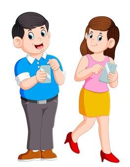Jeune couple étant occupé à utiliser leurs téléphones intelligents