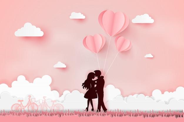 Jeune couple joyeux sur le terrain