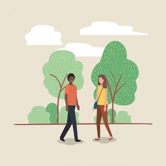 Jeune couple marchant sur le personnage du parc