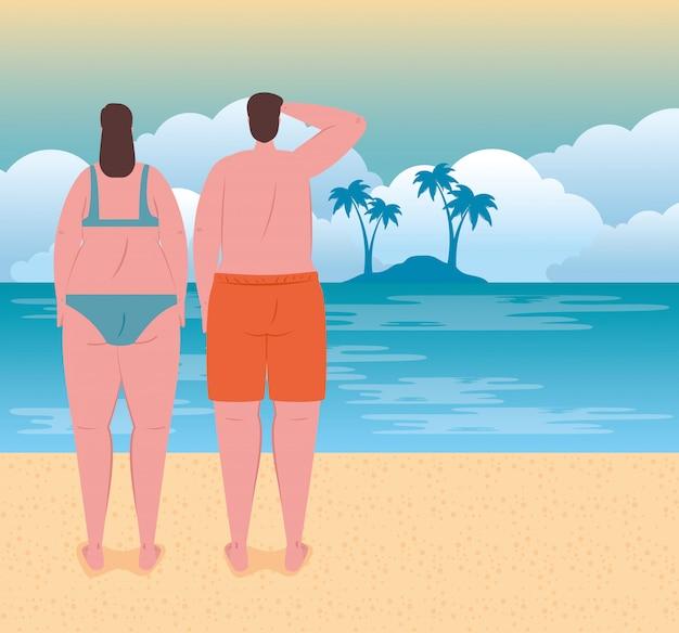 Jeune couple sur la plage, mec et sa petite amie à la plage, saison des vacances d'été