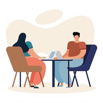 Jeune couple utilisant des ordinateurs portables et travaillant dans la maison