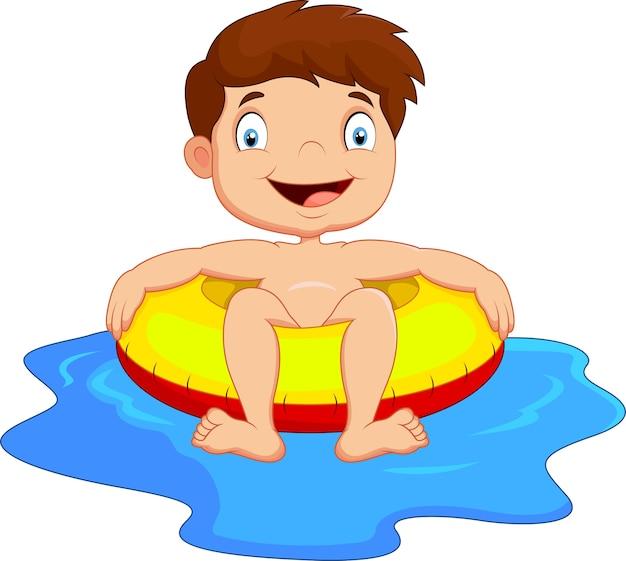 Jeune enfant s'amuser dans la piscine