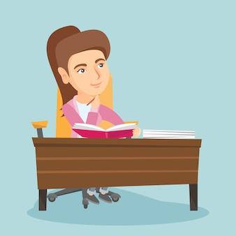 Jeune étudiant assis à la table et réfléchissant.