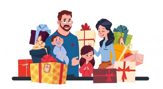 Jeune famille avec des boîtes présentes sur fond blanc, parents et enfants tenant des vacances