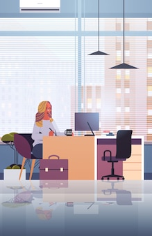 Jeune femme d'affaires assis sur le lieu de travail et à l'aide d'ordinateur femme d'affaires travaillant dans l'illustration verticale de bureau