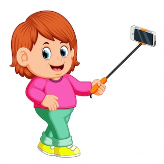 Jeune femme à l'aide de bâton de selfie