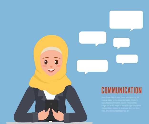 Jeune femme arabe communication avec le personnage de smartphone.