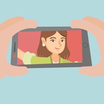 Jeune femme caucasienne faisant selfie.