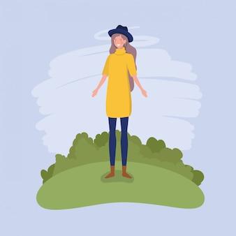 Jeune femme avec chapeau debout dans le camp