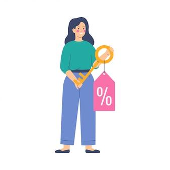 Jeune femme détient la clé d'or avec une étiquette d'offre de réduction avec un signe de pourcentage