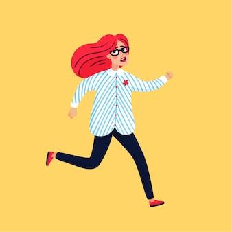 Jeune femme effrayée s'enfuyant