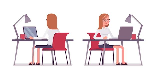 Jeune femme employée à l'ordinateur portable, à l'arrière et à l'avant
