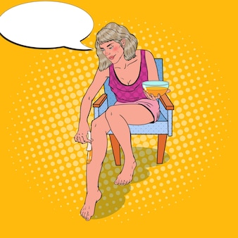 Jeune femme faisant l'épilation des jambes